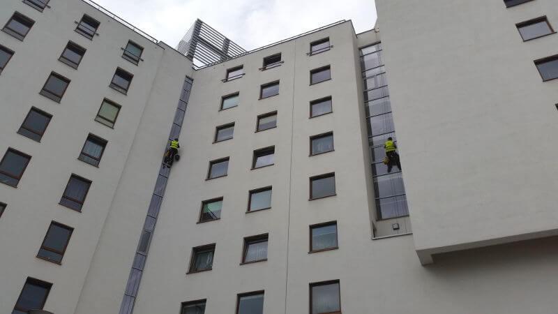 alpinistyczne mycie okien klatek schodowych