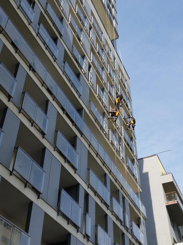alpinistyczne mycie szklanych balustrad