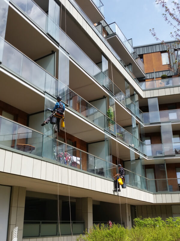 alpinistyczne mycie szklanych paneli elewacji