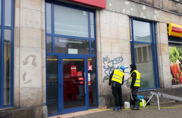 elewacja w trakcie usuwania graffiti