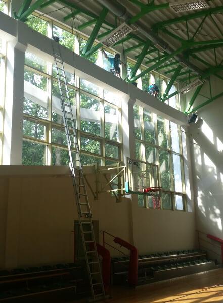 mycie okien na hali sportowej