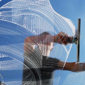 mycie okien osoba